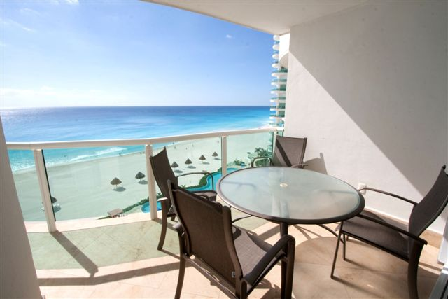The 7th floor unit offers fanastic views of the 2 infinity pools and Caribbean