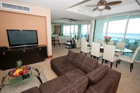 Yet another view of this spacious oceanfront great roomm