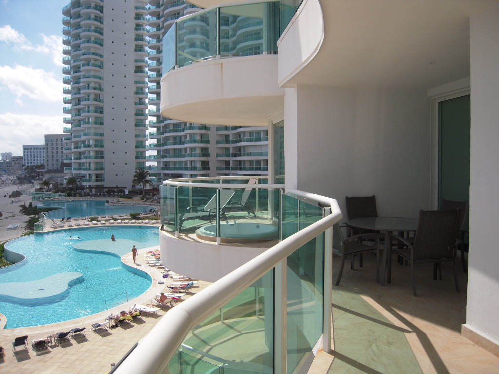 The 3rd floor unit offers fanastic views of the 2 infinity pools and Caribbean